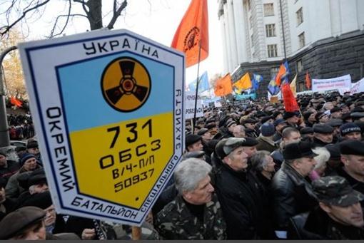 Чернобыльцы митингуют под Кабмином. Фото с сайта ТСН
