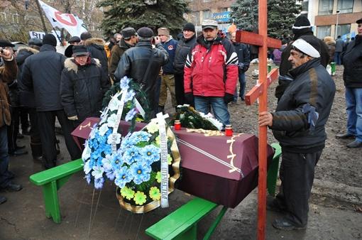 Люди соорудили бутафорский гроб из красной древесины и пустым понесли его по центру города