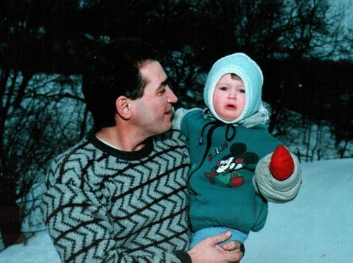 Назарий Яремчук с маленькой дочкой Маричкой.