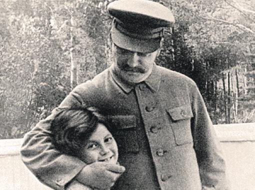 Товарищ Сталин своенравную дочь любил, но держал в ежовых рукавицах.