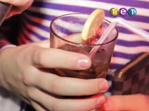На видеокадрах постоянно мелькают стаканы с коктейлями и...