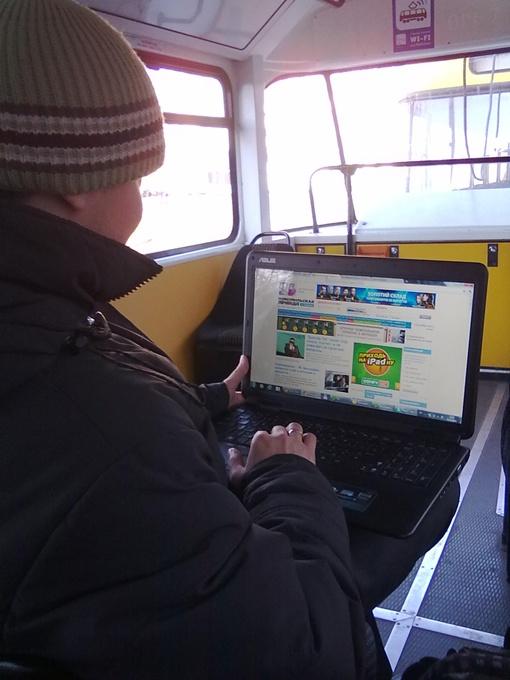 Пассажиры с ноутбуками вызывают в вагоне тихий ажиотаж.