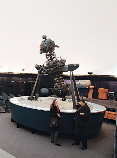 В честь этого аппарата - планетария, с помощью которого совершаются прогулки по звездному небу, и получили свои названия заведения-планетарии.