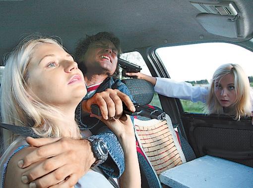 Лилия Ребрик держит на мушке