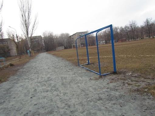 футбольное поле все в кочках