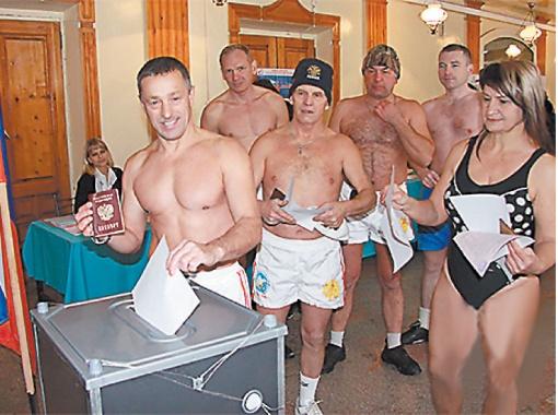 А вот так голосовали моржи в Барнауле. Фото Олега УКЛАДОВА.