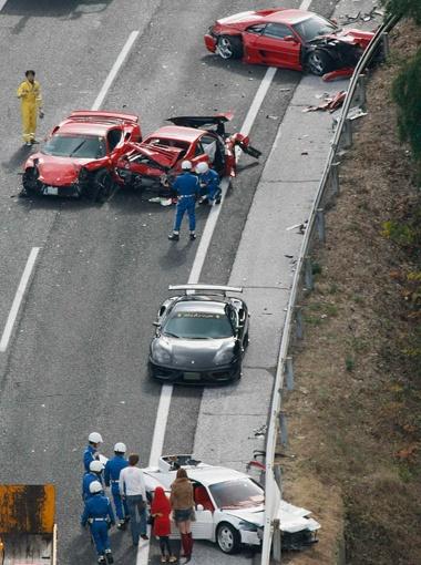На скоростном участке дороги столкнулись 14 элитных автомобилей