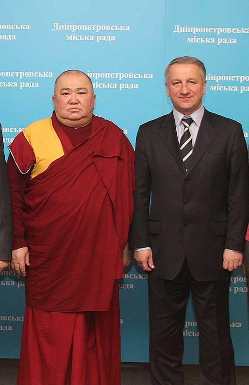 Мэр проверит свое здоровье у тибетских монахов. Фото Сергея КАШИРИНА.
