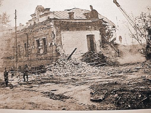Так при Ельцине в Свердловске 22 сентября 1977 года крушили дом, где пролилась царская кровь.