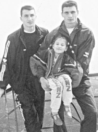 1992 год. Правая нога Владимира - в гипсе, он сломал ее в поединке со старшим братом. Фото из личного архива Владимира Золотарева.