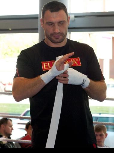 Виталий как-то признался, что кулаки после боя лечит уринотерапией. Фото пресс-службы Фонда братьев Кличко.