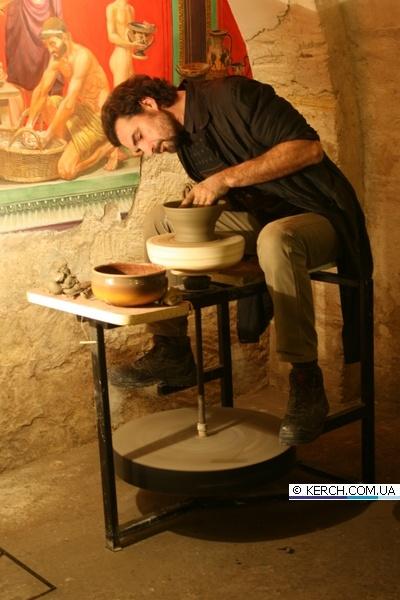 Сотрудник заповедника, гончар Виталий Рекаленко, говорит, что сделать глиняный горшок или вазу можно всего за час. Фото с сайта www.kerch.com.ua