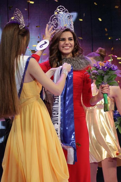 Победительнице конкурса одевают корону. Фото Алексея Лесика.