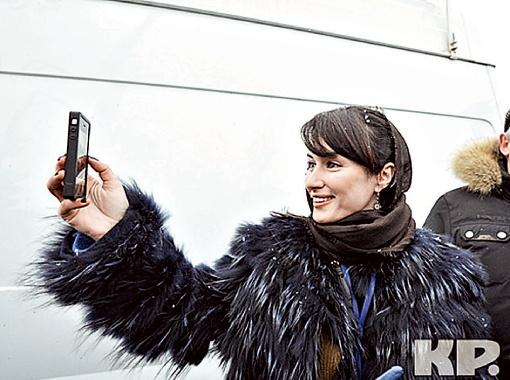 Тина Канделаки снимала митинг на свой телефон. Фото c сайьа kp.ru.