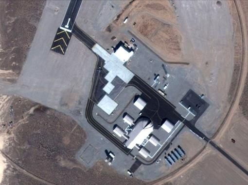 При приближение видно, что на аэродроме находится ВПП длиной 1560 метров и четыре ангара, в которых могут при необходимости разместиться до 15 БПЛА Reaper. ФОТО: Google Maps
