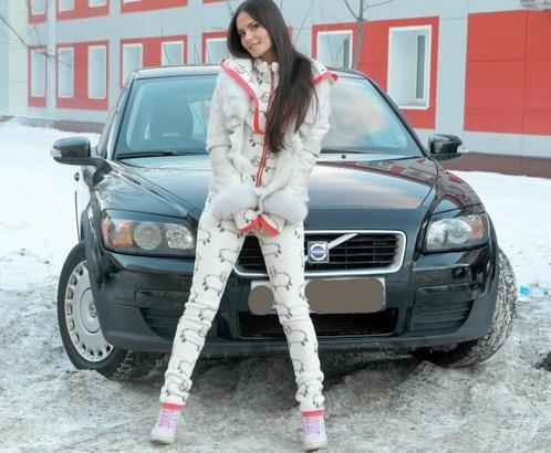 Катя Ли на фоне автомобиля. Фото: Елена ЛАПТЕВА