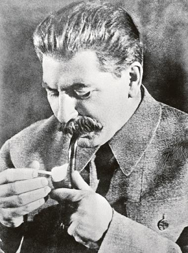 На ставшем классическим снимке 1936 года Сталин с трубкой, которую
