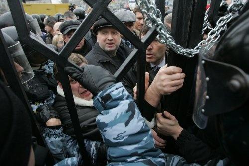 Турчинов пытается прорваться на заседание суда. фото УНИАН