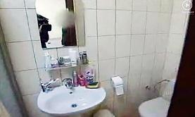 ... а также ванная комната (в зеркале видны плечо оператора и объектив профессиональной видеокамеры).