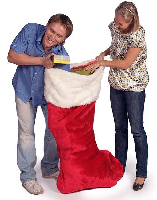 - Ну-ка, милая, поглядим, чем нас угощает Дед Мороз!Фото с сайта www.mega-podarki.ru