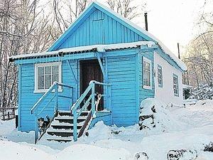 А это домик, где живет внучка Сталина. Она, собаки - и больше никого...