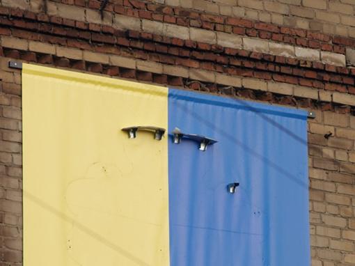 И вот что осталось на фасаде после урагана
