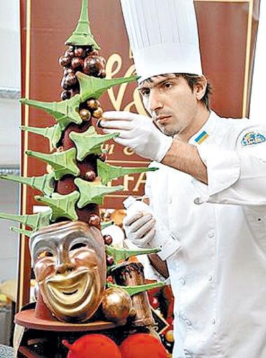 Ресторанные изыски: такую елку из шоколада cделал ужгородский пекарь Валентин Штефано.
