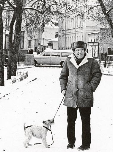 Никулин безумно любил собак - они сопровождали его всю жизнь. На фотографии он с фокстерьером Кузей, которого в свое время нашел на улице и принес в дом Максим.