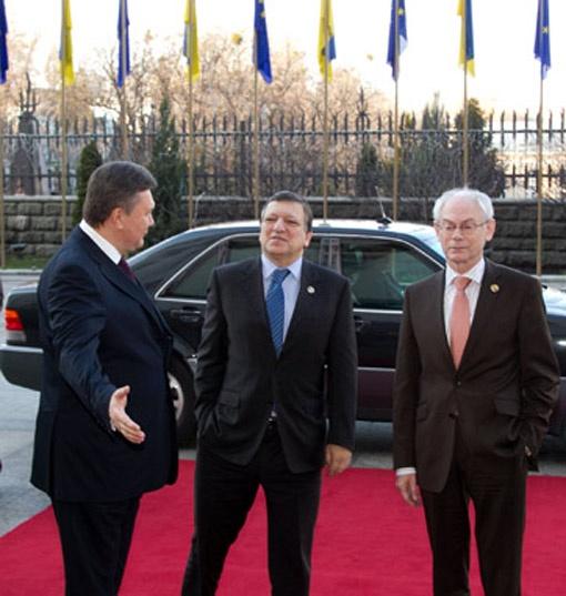 Виктор Янукович радушно пригласил гостей в свою Администрацию - и провел им мини-экскурсию. Фото Андрея МОСИЕНКО.