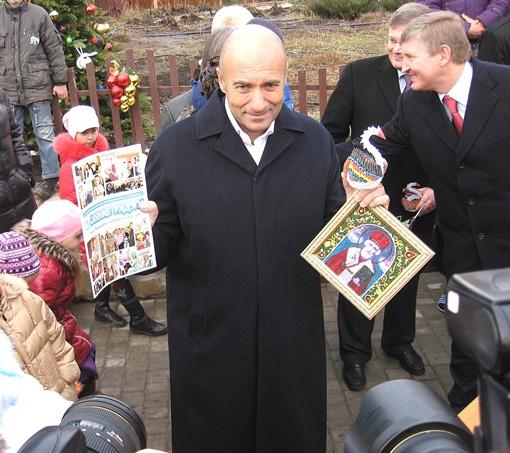 Игорь Крутой получил от детишек сувениры на память.