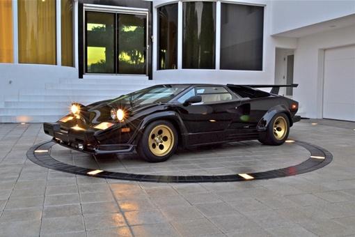 Впервые прототип показали на Женевском автошоу в 1971 году