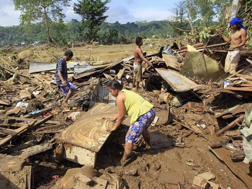 Многие районы остаются труднодоступными для спасателей из-за затопленных проезжих частей