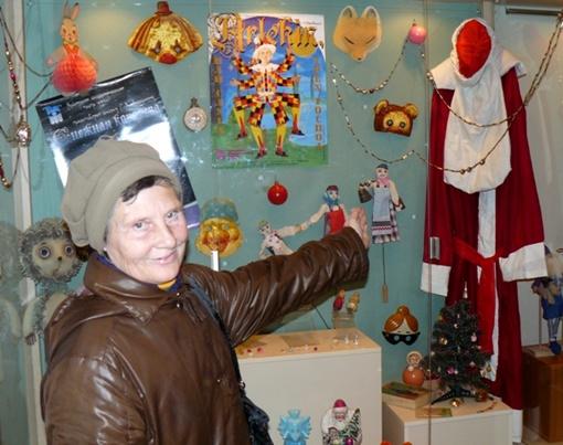 Этот костюм Деда Мороза более 50 лет назад шила Маргарита Камынина, долгие годы проработавшая реставратором в Крымском театре кукол