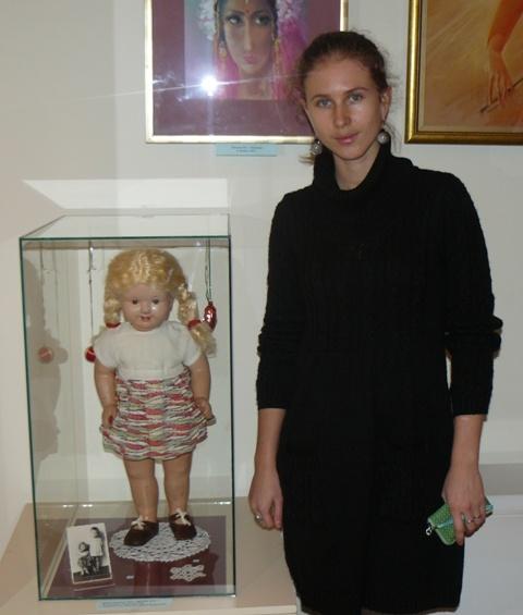 Реставратор Музея истории Симферополя Надежда Нагребецкая с говорящей куклой Маней из семейной коллекции. Кукла 1959 года выпуска.