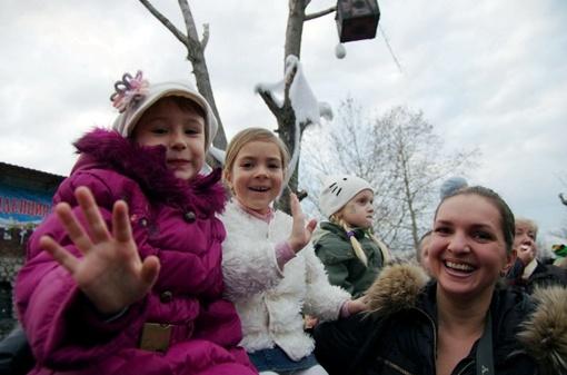 Встречать Деда Мороза собрались сотни ребятишек
