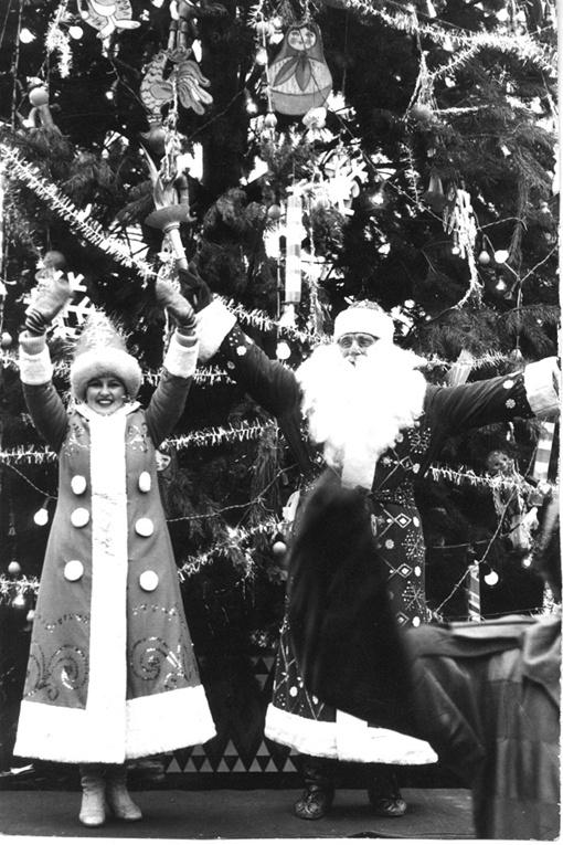Главный Дед Мороз города Евгений Плаксин вспоминает: в ЦПКиО им. Горького на ель вешали игрушки из картона и бумаги.