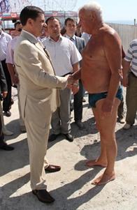 Летом мэр часто прогуливался по Трассе здоровья, осматривая состояние пляжей.