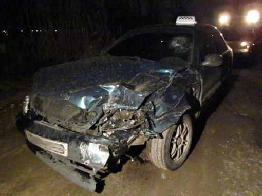 Машину таксиста основательно покорежило.Фото: www.0629.com.ua
