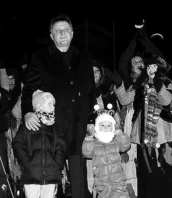 На зажжение главной елки полуострова столичный градоначальник пришел вместе со своими детьми.