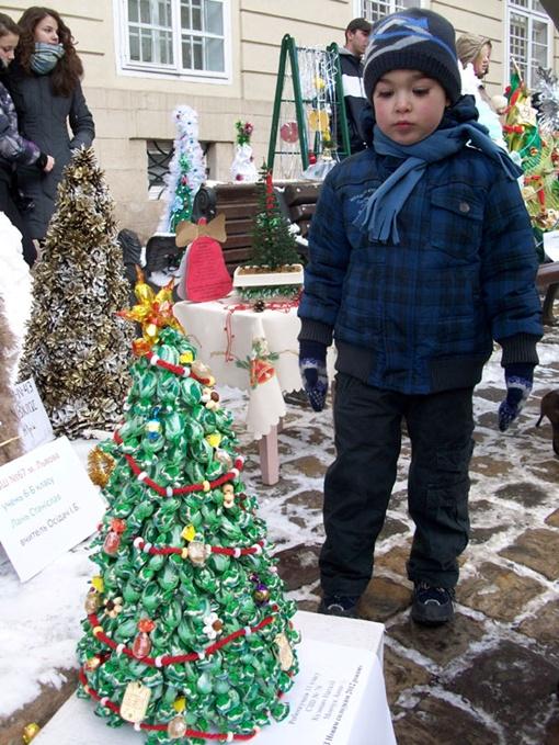 В преддверии Нового года львовские школьники предложили горожанам альтернативу живой праздничной елки. Фото автора.