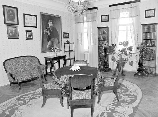 В доме писателя все осталось нетронутым. Посетителям музея наливают чай по рецепту Короленко, а елку наряжают игрушками его времени.