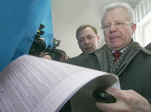 Александр Мороз уже заявил, что поборется за кресло депутата в одиночку.
