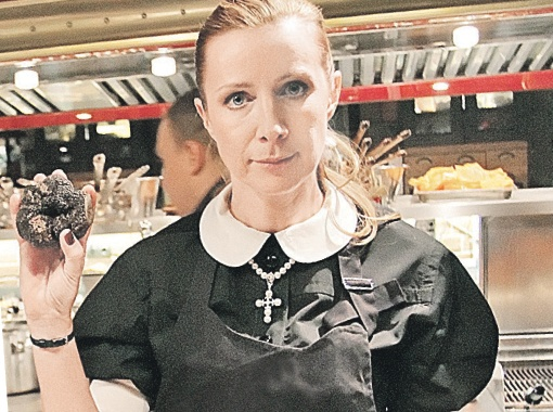 Ника Белоцерковская с гигантским трюфелем: в новогоднем меню все пригодится... Фото Томаса БОДУЭНА.