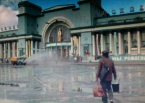Главным местом действия в перестроечной комедии стал железнодорожный вокзал.