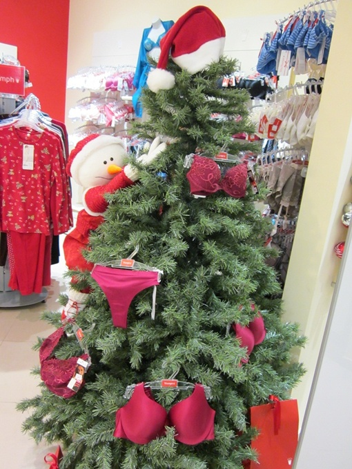 Творчество персонала магазина нижнего белья не оставляет равнодушными покупателей.