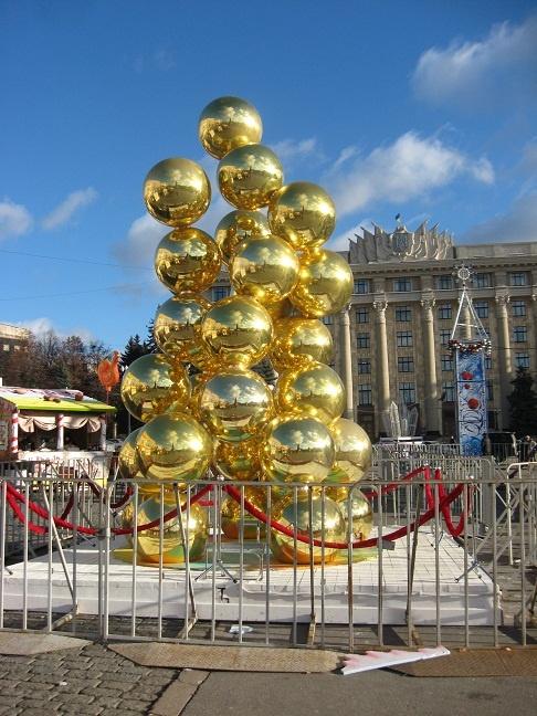 Творение из шаров на площади Свободы народ окрестил елкой, хотя авторы его так не задумывали.