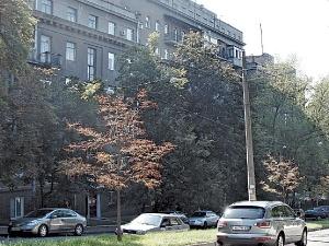 Льва Толстого, 25. Дом с виду невзрачный, но лучшие квартиры в нем, по данным риелторов, стоят не менее $500 тысяч.