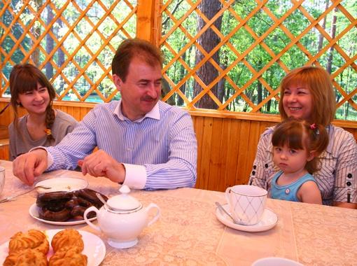 Новый год глава горадминистрации отметит в семейном кругу. (На фото - с женой, дочкой и внучкой). Фото Максима ЛЮКОВА