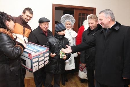 На новоселье к днепропетровцам приехал и городской голова Иван Куличенко.