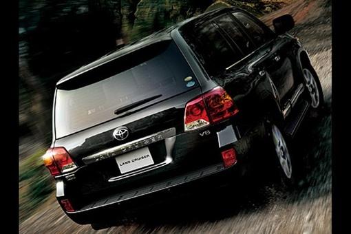 Land Cruiser 200 получил бампер-boxier с новыми противотуманными фарами, переработанные фары с интегрированными светодиодными дневными ходовыми огнями. Фото: avtomaniya.com